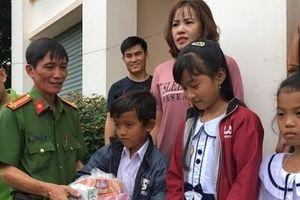 Công an Trà Vinh tặng quà học sinh nghèo hiếu học