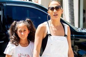 Jennifer Lopez ra phố với quần yếm trẻ trung như gái đôi mươi