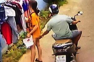 Đã có mức tiền phạt cho kẻ phóng xe máy, sờ soạng cô gái đang phơi quần áo trước phòng trọ
