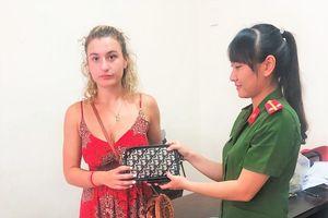 Quảng Nam: Trao trả tài sản cho nữ du khách Anh bị cướp tại Hội An