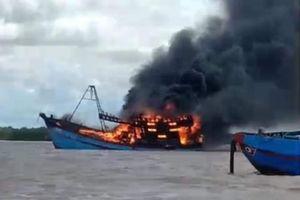 Tàu cá tiền tỷ cháy rụi trên sông ở Bến Tre