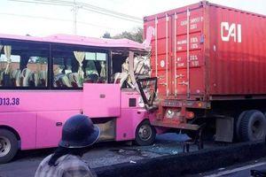 Xe khách húc đuôi xe đầu kéo, 4 người bị thương
