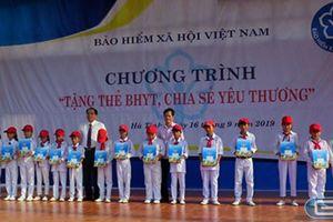Tặng 300 thẻ Bảo hiểm y tế cho học sinh hoàn cảnh khó khăn ở Hà Tĩnh