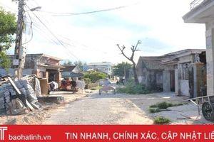 Trưởng thôn xã vùng biển Hà Tĩnh cắt nhà ở để hiến đất làm đường