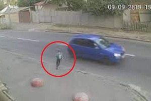 Bé trai thoát chết diệu kỳ từ vụ tông xe nhờ ba lô đi học