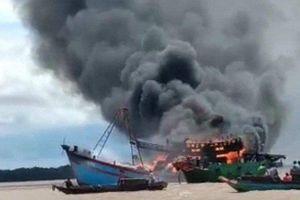 Tàu cá đang neo đậu bất ngờ bốc cháy, thiệt hại trên 7 tỷ đồng