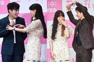 Họp báo 'Khi hoa trà nở': Gong Hyo Jin không nhịn được cười vì 'chàng ngố' Kang Ha Neul - Kim Ji Suk
