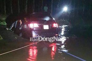 Xe hơi bị cuốn trôi xe tại suối