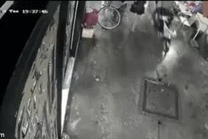 Khoảnh khắc cô gái vụt qua camera an ninh khiến người ta hoảng hốt: Vụ cướp giật quá táo tợn!