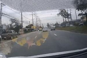 Mất lái, xe bán tải leo qua dải phân cách va vào ôtô khác