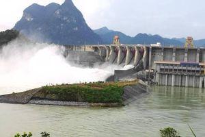 Mưa lớn tiếp diễn, hàng chục hồ chứa đang phải xả tràn thoát lũ