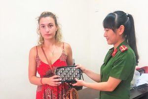Trao trả lại tài sản cho nữ du khách bị cướp ở Hội An