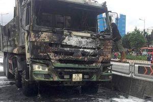 Hiện trường xe ben bùng cháy dữ dội trên xa lộ Hà Nội