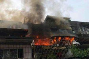 Hà Nội: Lửa bốc cháy ngùn ngụt tại Khu tập thể B11 Kim Liên