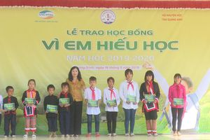 Quảng Ninh: Trao học bổng 'Vì em hiếu học' cho 70 học sinh nghèo vượt khó