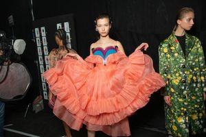 Những thiết kế thời trang bắt nguồn từ cảm hứng tình dục tại London Fashion Week