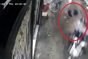 Clip: Hai đối tượng giật túi xách, kéo cô gái hất văng xuống đất ở Sài Gòn