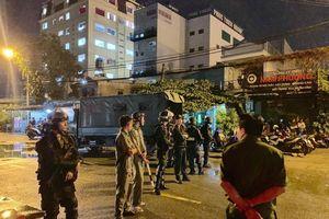 Giữa đêm, hàng chục cảnh sát cơ động tiếp tục phong tỏa trụ sở Địa ốc Alibaba