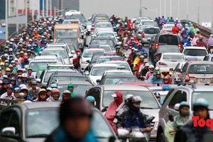 Hà Nội: Nhiều tuyến đường ùn tắc, người dân 'chôn chân' dưới mưa