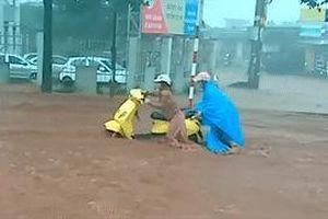 Đường phố Buôn Ma Thuột biến thành thác nước sau mưa lớn