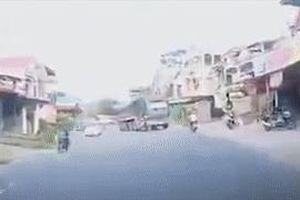 Tài xế xe tải phanh 'cháy lốp' khi bị người phụ nữ chạy xe máy tạt đầu