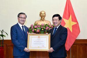 Trao tặng Huân chương Lao động hạng Nhất cho Đại sứ Lào