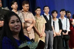 NSND Hồng Vân nghẹn ngào trong đêm diễn 'Bỉ vỏ'