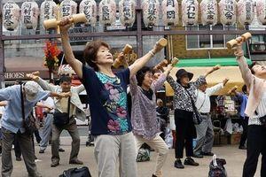 Nhật Bản khó áp dụng thanh toán không tiền mặt do dân số già