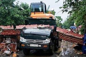 Xe tải kéo sập cổng làng, tài xế bị đè tử vong trong cabin