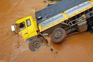 Xe tải lao xuống suối, tài xế may mắn thoát chết