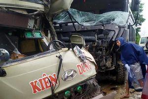 Phú Thọ: Xe khách đấu đầu xe tải, 6 người trọng thương phải nhập viện