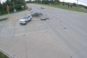 Vượt đèn đỏ với tốc độ cao, ô tô gây tai nạn kinh hoàng