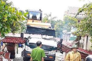 Xe tải chở máy xúc đánh sập cổng làng khiến một người tử vong