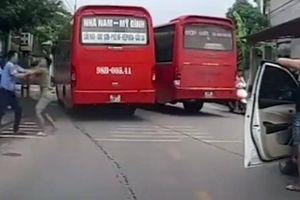 Tranh giành khách, 2 tài xế ở Bắc Giang 'choảng' nhau giữa đường