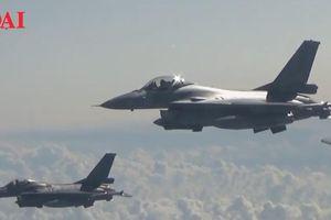 'Thiên nga trắng' của Nga bị 5 tiêm kích NATO bủa vây