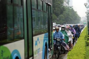 Cơn mưa sớm mùa Thu khiến nhiều tuyến đường Hà Nội kẹt cứng