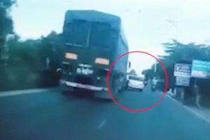 Clip: Ô tô con vượt ẩu bị container húc bay lên dải phân cách