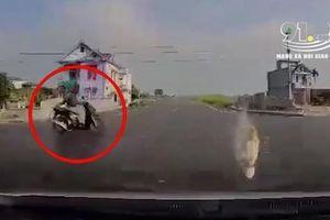 Clip: Băng qua ngã tư 'tử thần', người phụ nữ bị ô tô húc văng lên thành cầu