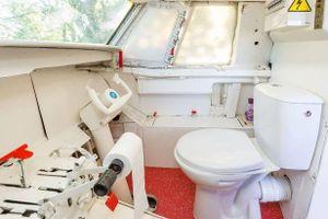 Bên trong chiếc máy bay có buồng lái là... nhà vệ sinh