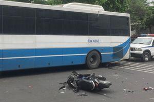 Đuổi theo cướp, xe máy do cô gái cầm lái tông vào xe buýt ở Sài Gòn