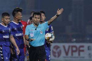 Trọng tài Trương Hồng Vũ 'tỏa sáng' trên sân Hàng Đẫy