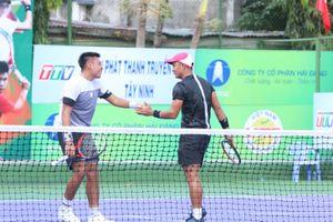 Lý Hoàng Nam đứng cùng 'vua lưới' Lê Quốc Khánh đấu quần vợt nhà nghề
