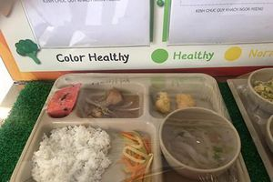 'Tôi đã khóc khi nhìn thấy suất ăn của con mình ở trường quốc tế Việt Úc'