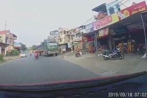 Sang đường ẩu, người phụ nữ suýt bị xe ben đâm thẳng
