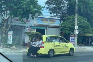Taxi 7 chỗ 'nhồi' 11 người, 3 người ngồi cốp xe như 'làm xiếc'