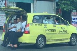 Tài xế taxi mở cốp sau nhồi 11 hành khách lên xe