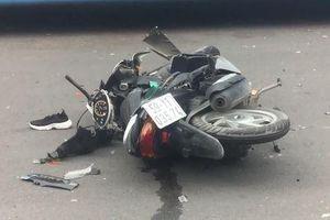 Cô gái đi xe máy hô 'cướp' rồi lao vào xe buýt, bị thương nặng