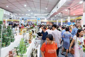 Nhộn nhịp mua sắm tại Hội chợ trưng bày sản phẩm OCOP