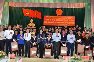 Phó Chủ tịch nước tặng quà tại huyện vùng cao Mù Cang Chải