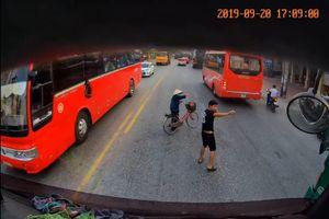 'Thả tim' cho hành động đẹp của tài xế container xuống xe dắt bà cụ qua đường